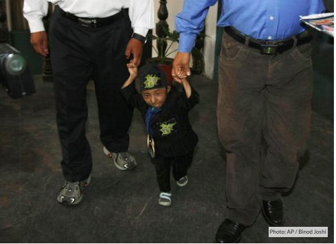 'World's smallest man' dies at age of 27  #Nepal #GuinnessWorldRecords #WorldShortestMan #KhagendraThapaMagar  https://article.worldnews.com/view/2020/01/17/Worlds_smallest_man_dies_at_age_of_27/ …