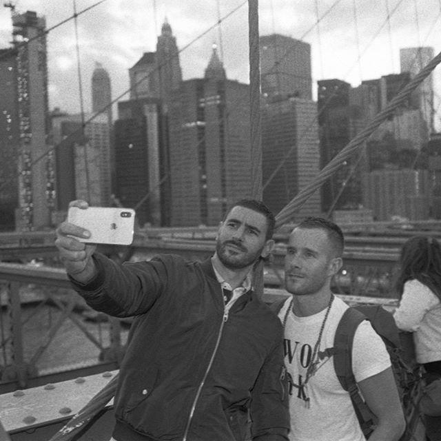 Selfie time on the #Brooklyn #bridge. It's just crazy what's going on now a days there. This was the last time I will walk over the bridge. Just to crowed ..... #hexar #konica #kodak #kodakfilm @kodak_shootfilm @kodak #trix  #analogphotography #analog #f… https://ift.tt/30upTglpic.twitter.com/puepIZHd8K