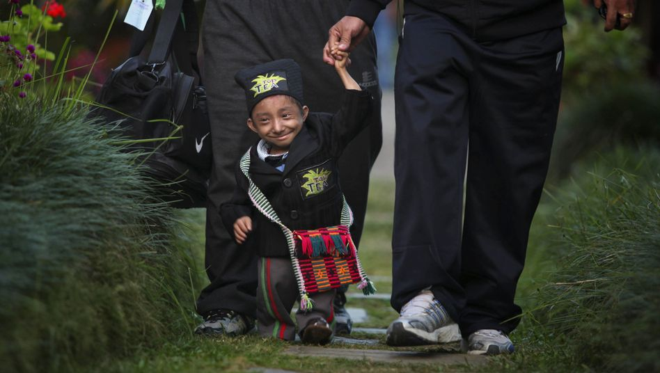 "#Sad news  #Nepal #Kathmandu  The #smallest agile man in the world is #dead. The 67.08 centimeter (""2.2"") tall Khagendra Thapa Magar from #Nepal #died today in a #hospital of severe #pneumonia, said his foundation. He got only 27 years old..."