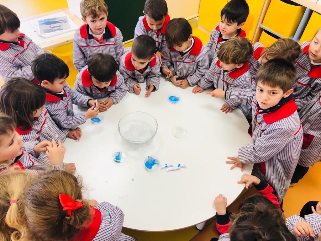 """¡Qué bien lo pasamos experimentando!  En la clase de 3 años hemos sentido a través del tacto y de la vista los #colores fríos, con el Diario de Creatividad del """"#ProyectoCroqueta"""" de Edelvives.  #educacióninfantil #color #colegioalmanzor #almanzorcórdoba #córdoba #córdobaESPpic.twitter.com/Cw4UJmNOqu"""