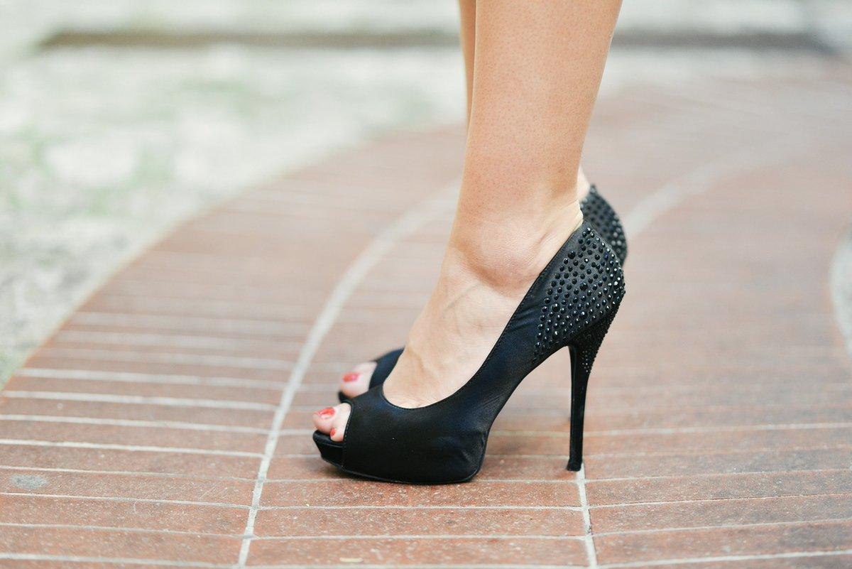 Hoy es viernes y para salir te vas a poner ese vestido tan bonito que has conseguido en las rebajas con tus zapatos favoritos pero ¡cuidado!  Lo tacones influyen negativamente en la postura corporal, sobre todo los de más de 7 cm   Domingo @telemadrid (09:00)pic.twitter.com/2AoyPMwuox