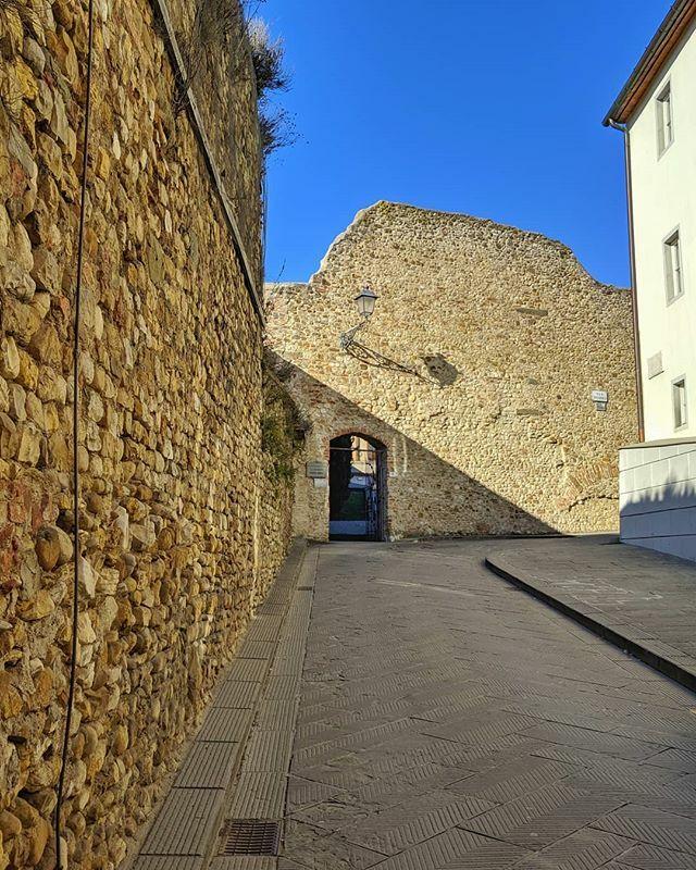 Un po' delle mura (medievali) di San Casciano in Val di Pesa. . #sancascianovaldipesa #sancascianoinvaldipesa #chianti #InstaTuscany #ToscanaOvunqueBella #VisitTuscany #tuscanygram #ilikeitaly #toscana #tuscany #Italy #italia #Europa #Europe #Travel … ]