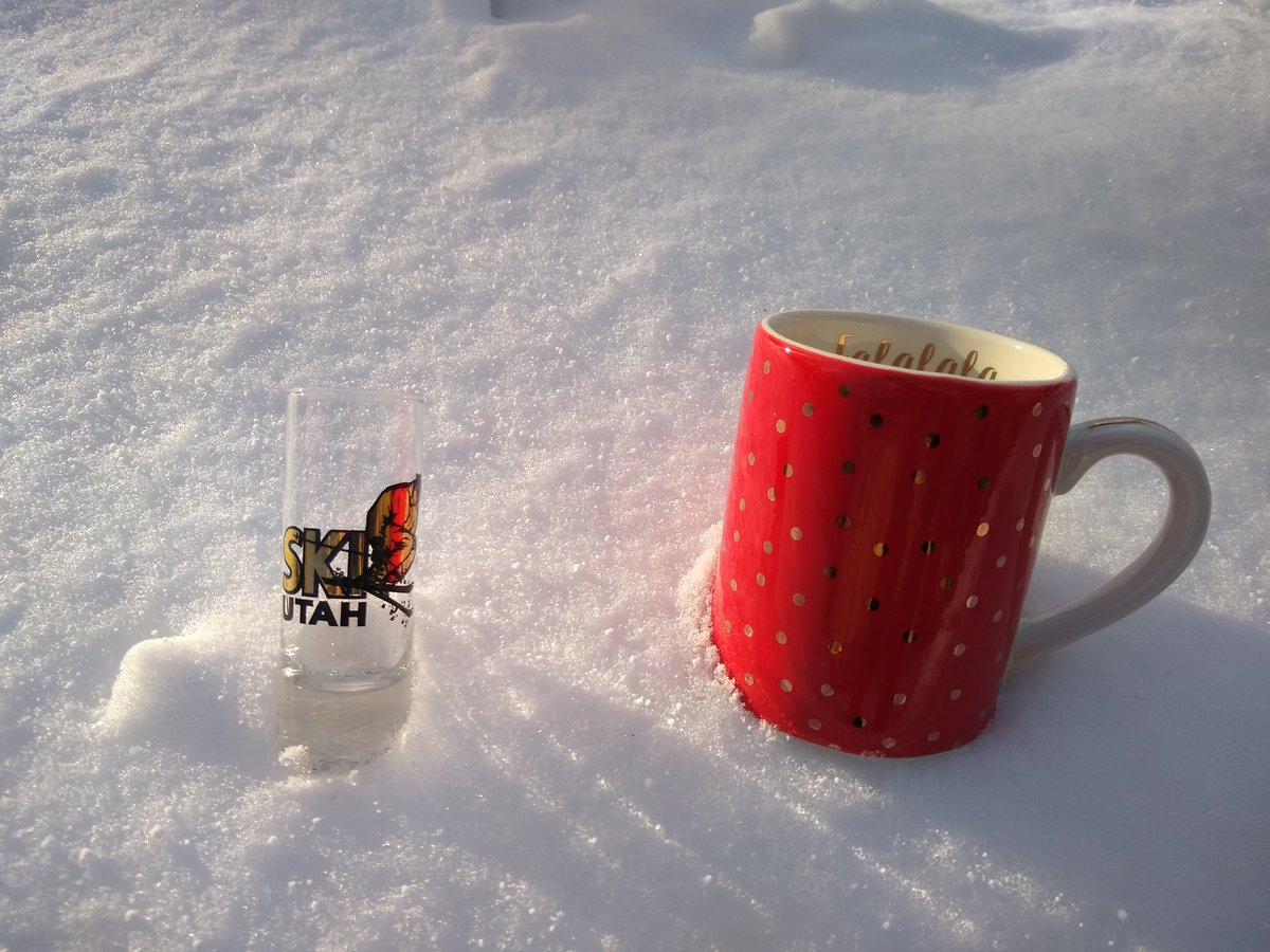 I'm calling this the Cold and Gold set! I love the gold polka dots on the mug, and the ski Utah shot fits nicely in the snow  $5 for the shot, $17 for the mug. Or DM me for a special discount if you get them both!  RT to support pic.twitter.com/7f6mBM53yp