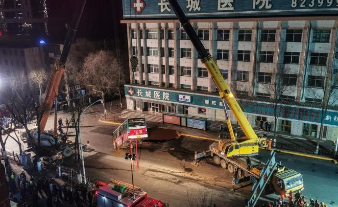 Search and rescue for the road collapse in the city of Xining in Qinghai, #China is over. Out of the 10 ppl that went missing from the #sinkhole, 9 are confirmed dead and 1 remains missing. More than 1000 people participated in the 88-hour rescue mission. http://bit.ly/2Rq6sBf
