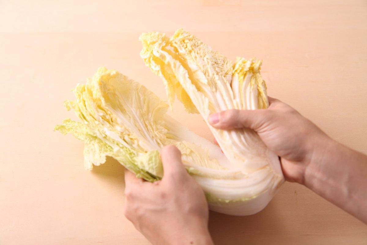 白菜は外側から使いがちですが、内側から食べるのが正解。収穫後も外側の葉は養分を内側に送り続けるので、内側から食べるとおいしさが長持ちします。保存はラップに包んで冷蔵庫へ。