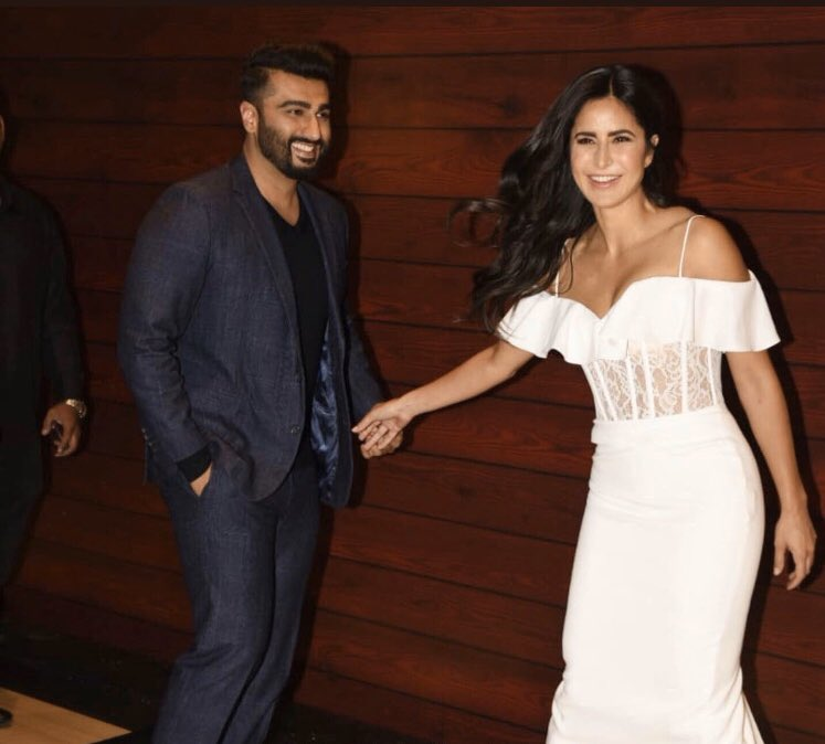 #KatrinaKaif and #ArjunKapoor are all chirpy as they arrive at Javed Akhtar's birthday bash  <br>http://pic.twitter.com/4Dfc9NNw0L