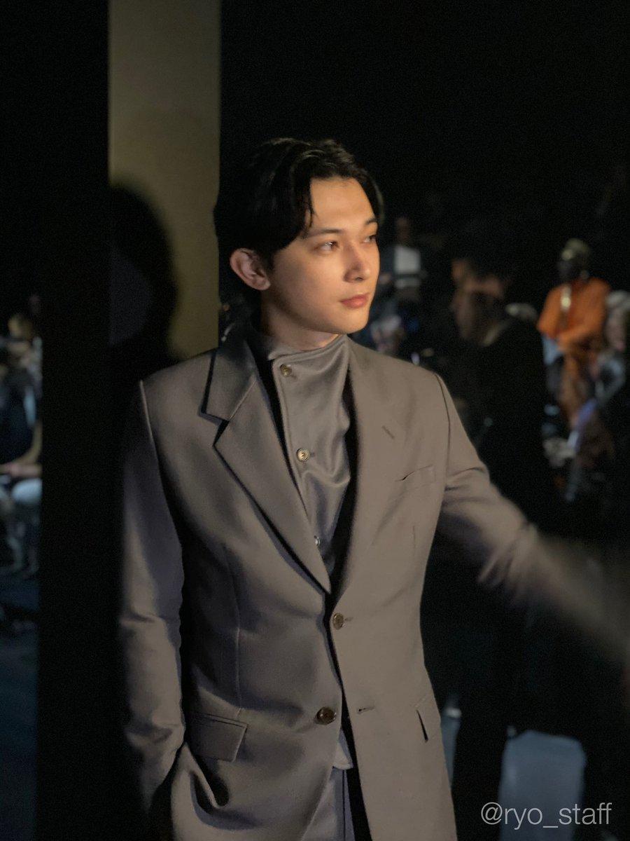 昨晩はDior2020-2021ウィンターコレクションにお呼ばれした吉沢🇫🇷こういうお仕事は得意ではないので普段はご遠慮していますが、ディオールさんで✨パリで✨フロントローなので✨…周りに押されて身体を引いてみている姿にそれじゃセカンドローだよと思ったスタッフでした笑 #DiorWinter20 #ディオール