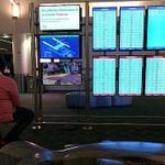 空港のモニターでPS4をやり出す猛者が現れる!