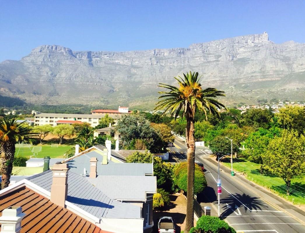 Kyk hoe mooi pronk daai berg in die agtergrond! Oranjezicht in Kaapstad is 'n lieflike woongebied met klomp doendinge in die omgewing. http://bit.ly/UpperOrange @discoverctwc #WeLoveToTravel #LekkeSlaappic.twitter.com/ejCvAIsXFv