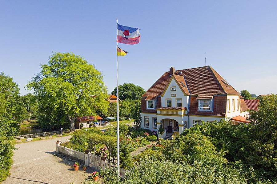 """Gästehaus Altes Landhaus in Wendtorf. Das Gästehaus """"Altes Landhaus"""" befindet sich auf dem Gelände des Ferienhof Lamp, einem ehemaligen Bauernhof. Der Hof selbst liegt ... - Gästehaus für 4 bis 12 Personen in Wendtorf - Kieler Förde - Wend https://www.ostsee-urlaube.de/433.htmlpic.twitter.com/fQOCrOKIm1"""