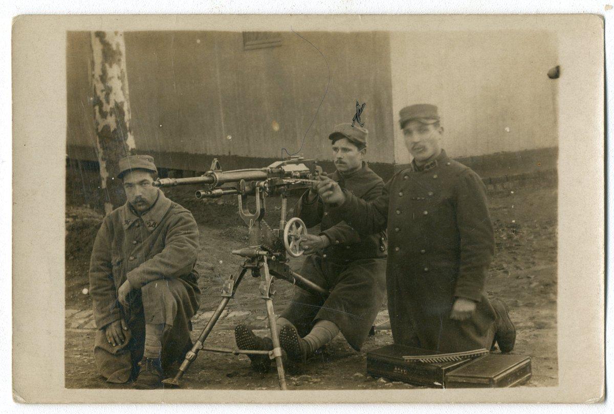 Jan 17 1918 Désiré Bailly holding the machine gun. On the back Souvenir du Havre  Carte-photographie avec mitrailleuse. Noir et blanc. Bon état. Désiré Bailly est au milieu, tient le fusil mitrailleur. Inscrit au verso « Souvenir du Havre 17 janvier 1918  https://www.europeana.eu/portal/record/2020601/https___1914_1918_europeana_eu_contributions_15597_attachments_164757.html…pic.twitter.com/o1A6iJSkmd