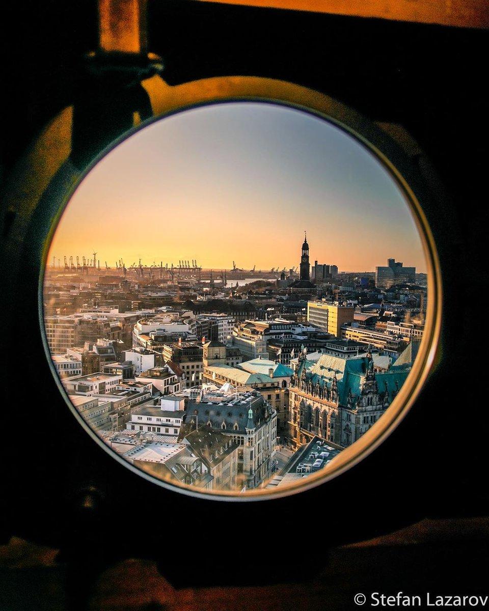 A peek into Hamburg    - Stefan Lazarov #GISMAGermany #hamburgafterwork #moinhamburg #hamburgahoi #heuteinhamburg #welovehamburg #visithamburg #wearehamburg #cityscapepic.twitter.com/RZnxWeEpxI