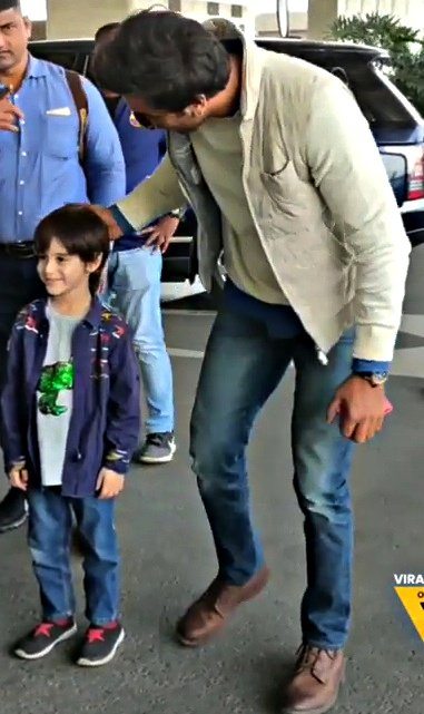 #RanbirKapoor with a little kid.... Man this just makes me melt. <br>http://pic.twitter.com/DrxNznRYrv