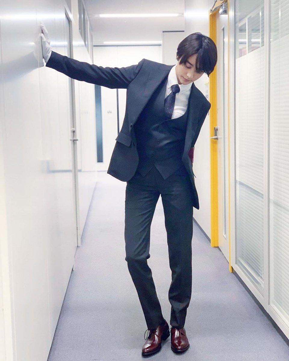 【画像】山本美月さんが男物のスーツを着こなした結果がこれ、新しい性癖目覚めるわ 控えめにゆーて足が長すぎるこれもう半分足だろ…