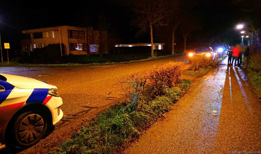 Auto in de struiken na uitwijkmanoeuvre op de Tolweg inHoogkarspel..