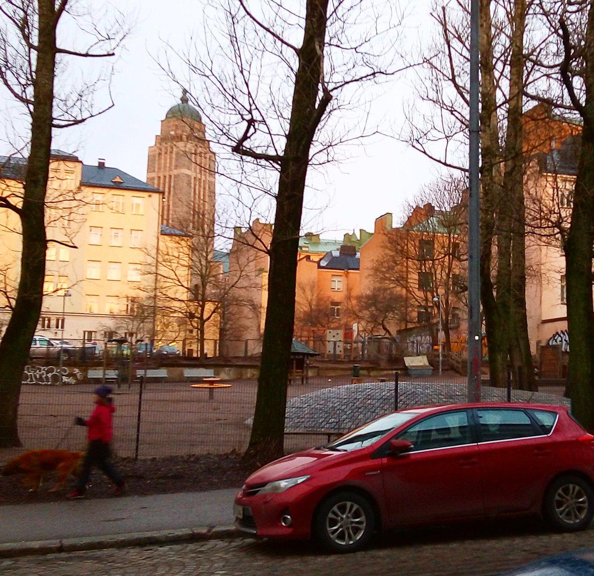 Huhuu, #aurinko! Eilen olit ilonamme. Kävelin aamulla töihin ja nautin valosta. Kalenterin mukaan talvenselkä on taittunut. Eipä mulla muuta. Hyvää viikonloppua sullekin!  #January #morning in #Helsinki #Finland #taidebongari #auringonnousu #sunrise #lumetontalvi #nosnowpic.twitter.com/BeZCwDw2Nm