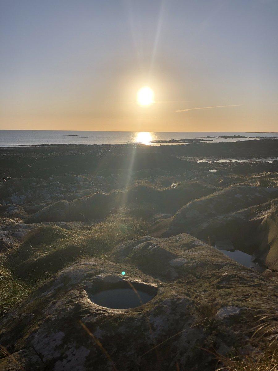 Rock pool sunrise pic.twitter.com/AMH8HBwgI9