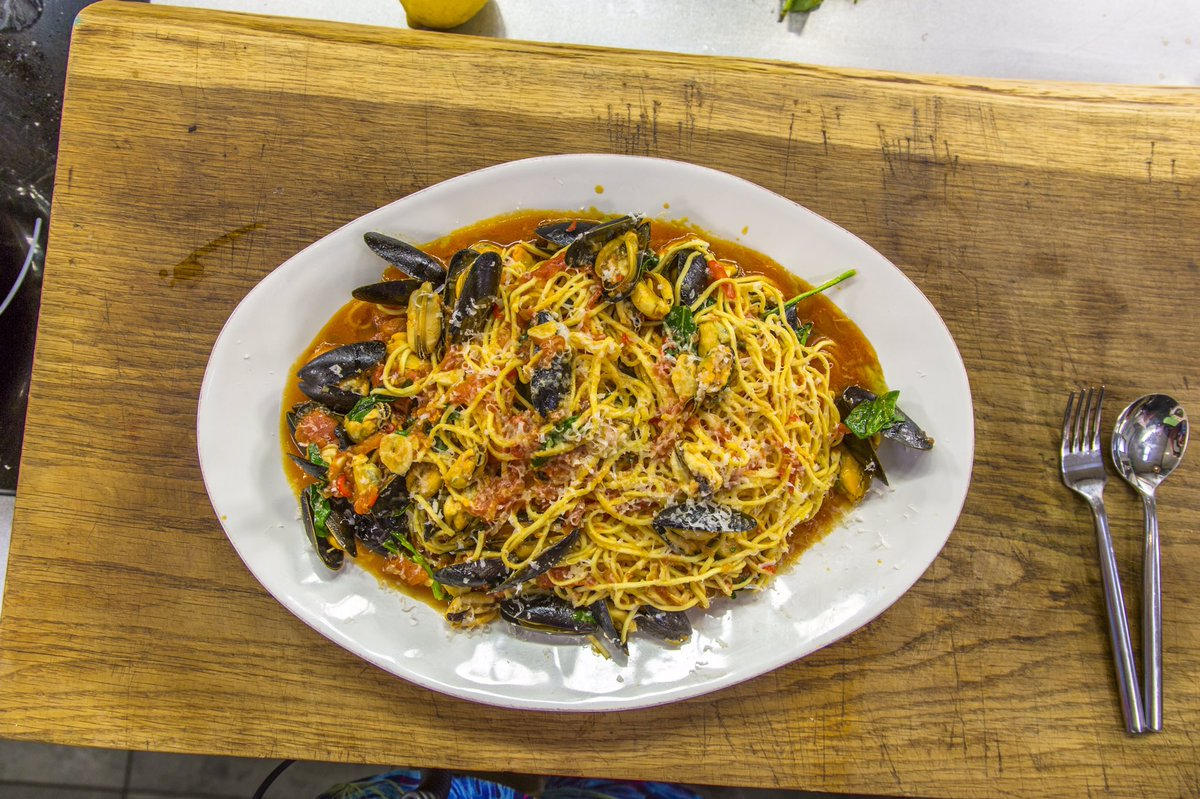 This Seafood Spaghetti contains mussels and has a tasty tomato sauce made with San Marzano tomatoes, white wine, chilli, garlic, shallot and basil. Serve with grated parmesan! https://www.jamesmartinchef.co.uk/recipes/seafood-spaghetti/…pic.twitter.com/8by3A6ukG3