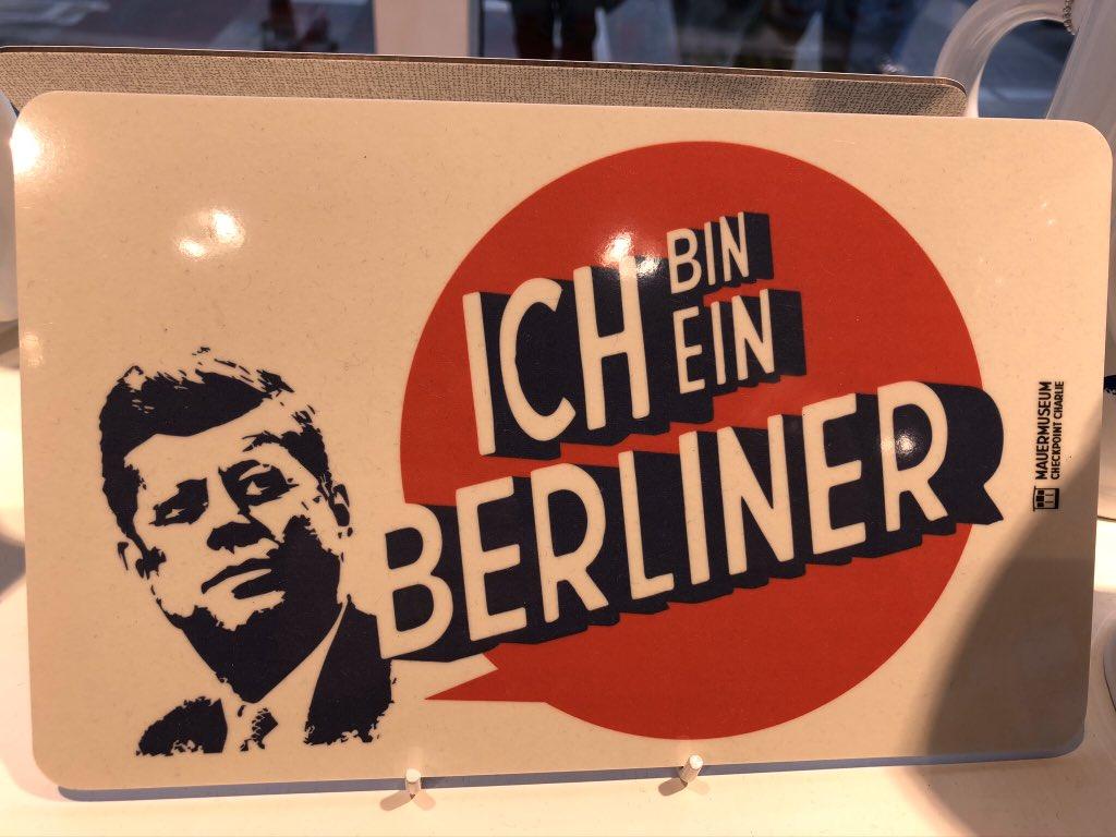 "Live at #checkpointcharlie ja #berlinermauer ""Ich bin ein Berliner""  ja ""Mr Gorbachev, tear down this wall"".   Ja ihan pakollinen #currywurst ateria syöty. @visitberlinpic.twitter.com/evezkKUCER"