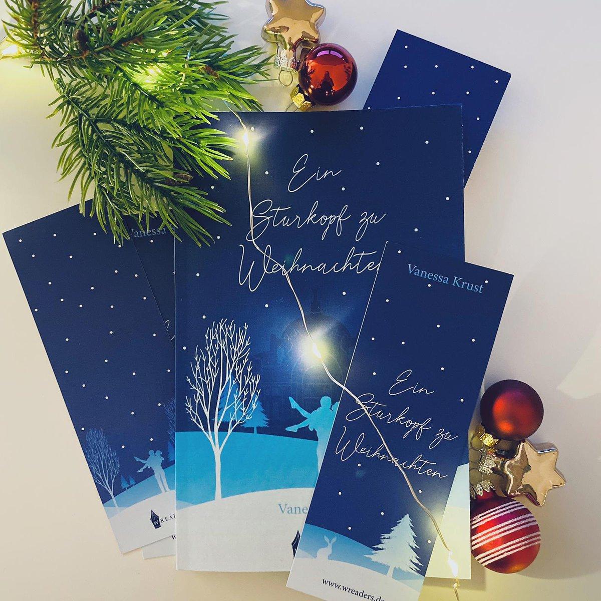 """Bei mir wird heute der Tannenbaum abgebaut und die Weihnachtsdeko verschwindet bis zum nächsten Dezember auf dem Dachboden  Aber so wie ich Weihnachtsfilme mitten im Sommer gucken kann, ist """"Ein Sturkopf zu Weihnachten"""" ebenso gut zu lesen außerhalb der Weihnachtszeit pic.twitter.com/rAbIzOBpOd"""