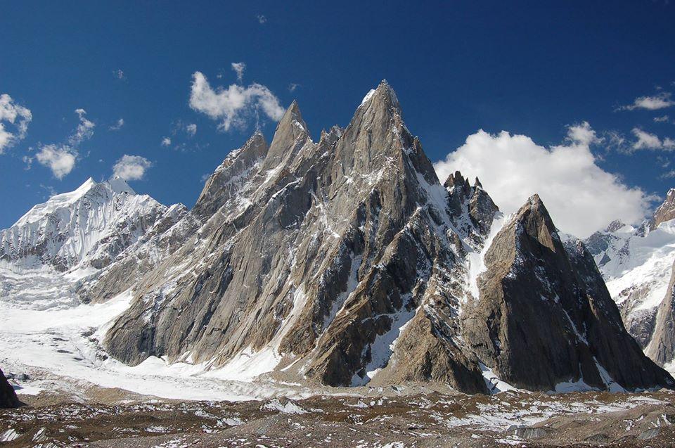 Alpine Rock Towers are a group of dramatic granite spires located on the north side of the Baltoro Glacier, The heart of  Karakorum range. 𝐅𝐨𝐥𝐥𝐨𝐰 & 𝐑𝐞𝐭𝐰𝐞𝐞𝐭 🇵🇰 #visitpakistan #beautiful #rockclimbing #expedition #concordia #baltoro @pid_gov @sayedzbukhari @PTIofficial