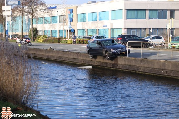 Auto bijna te water na ongeluk Nieuweweg https://t.co/muPqcNX8TQ https://t.co/9Cy1IpQXmj