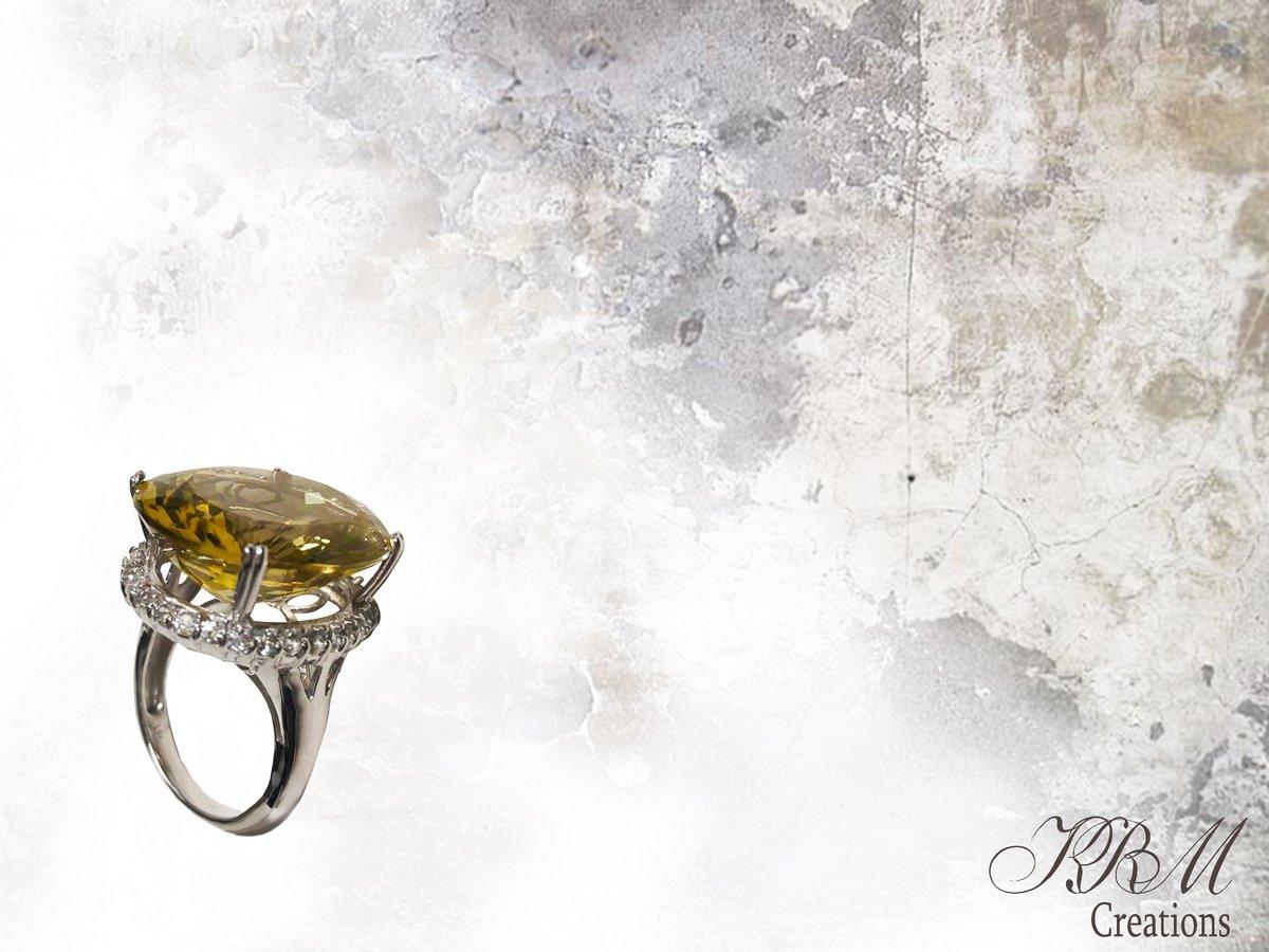 #whitegold #18kgold #jewels #Jewelry #green #gemstone #finejewelry #onlineshopping #handmadejewellery #jewellerylover #ootd #diamonds #designer #trendy #jewellerydesign #jeweller #ring #newyorkjewellers #hongkongshow