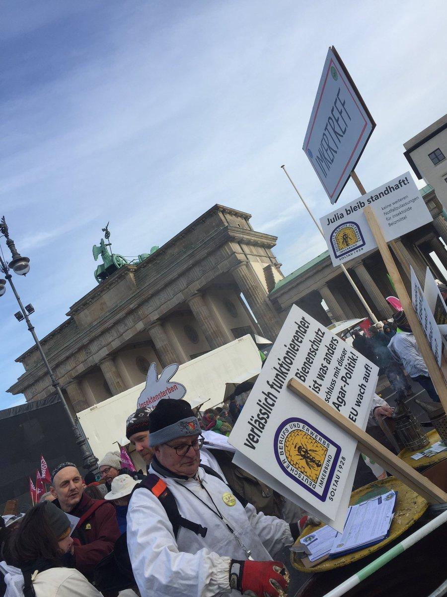 WIR HABEN ES SATT und fordern schon seit Jahren eine Agrarwende. Am Imkertreff am Brandenburger Tor versammelten sich viele Imker aus ganz Deutschland. #WHES2020 #Berlin #BrandenburgerTor #bee #bien #bees #biene #bienen #wirhabenessatt2020pic.twitter.com/bLIAoi1HQ5