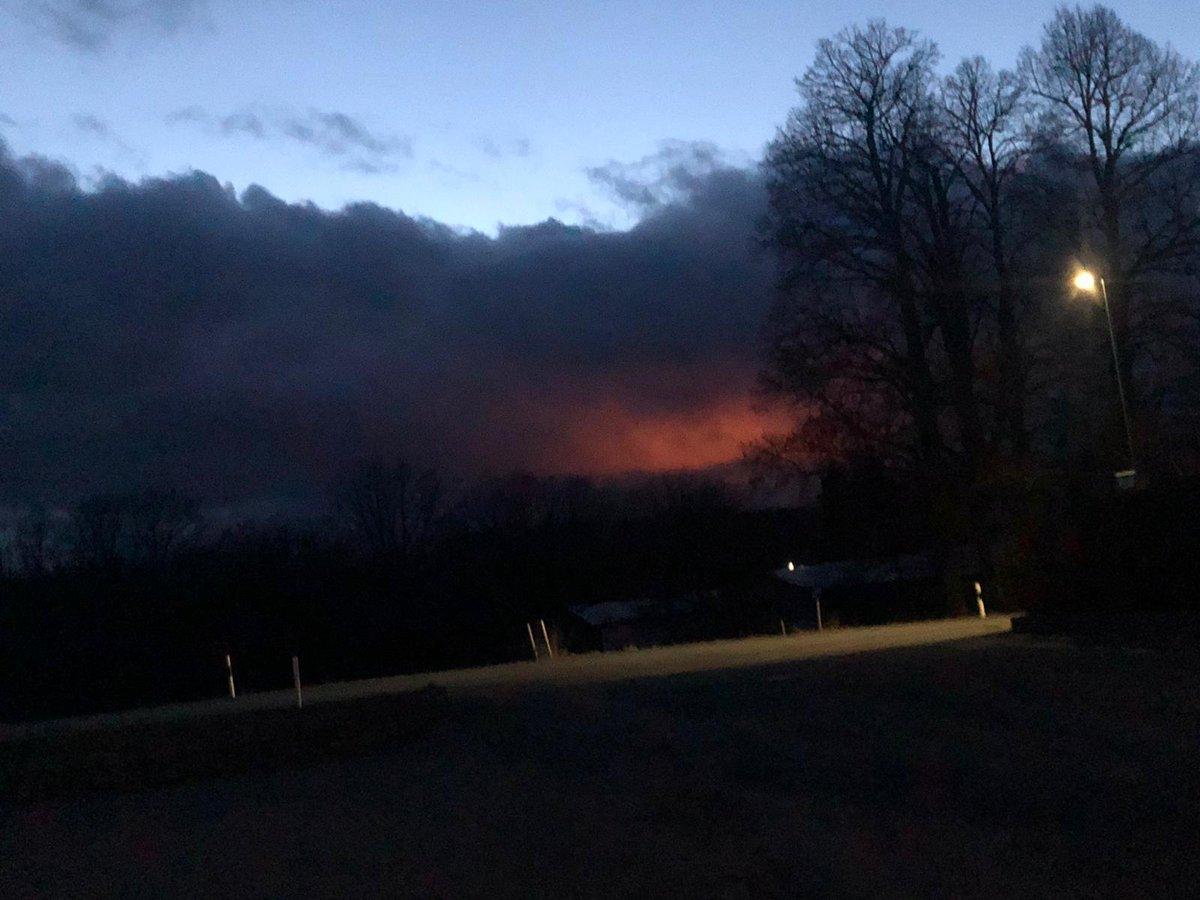 Wer glaubt es würde dort brennen, denkt falsch. Es ist ein Gewächshaus auf dem Berg und dennnoch ist die Feuerwehr zur Weihnachtszeit 3mal ausgerückt, wegen der Meldungen besorgter Bürger aus dem 15km entfernten Nachbarort. pic.twitter.com/Fc5eL3T2gU