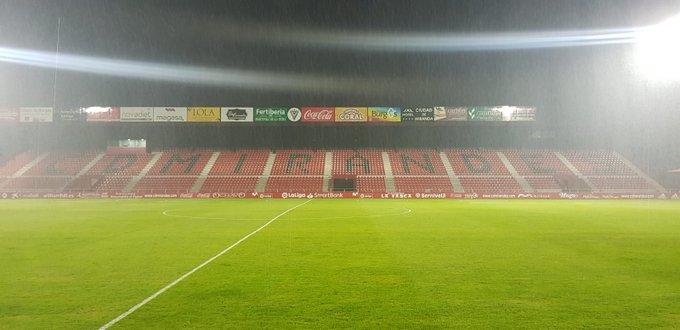Llueve en Anduva este sábado antes de empezar el partido.