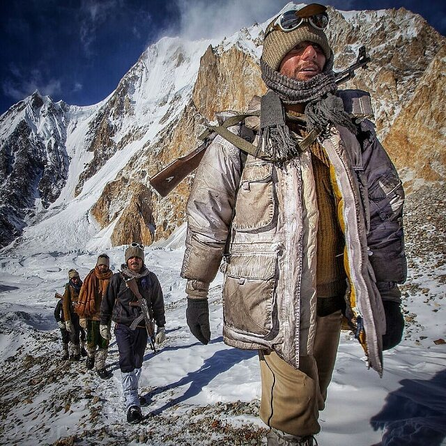 Pakistani soldiers making their way to the forward check posts in -37°C to -50°C on the world's most remote and highest battlefield where they will be completely cut from the world surviving on limited ration for weeks before shift changes. Freedom has a cost, Baltoro Sector 🇵🇰