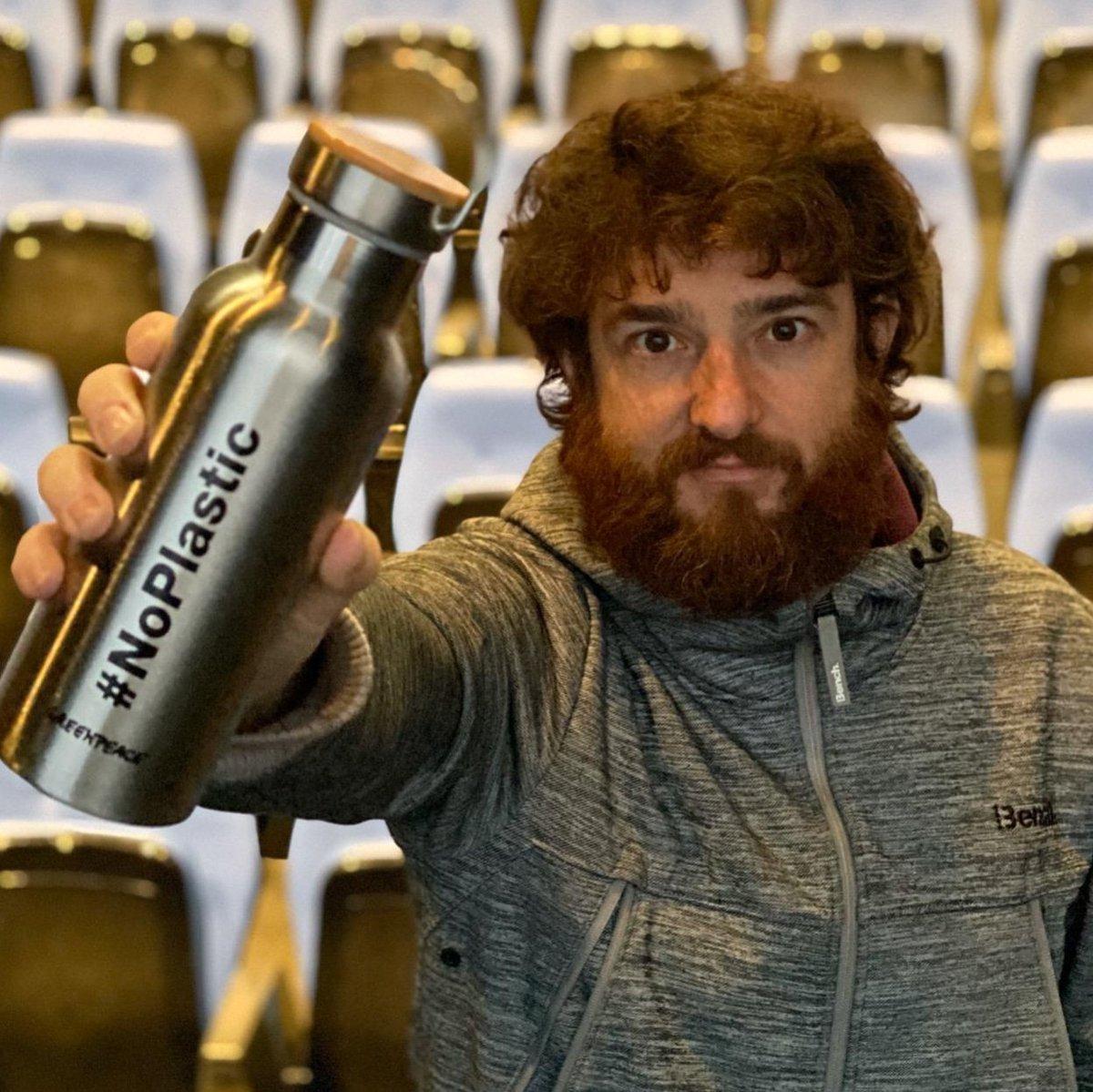Nosotr@s también podemos cambiar hábitos de consumo y costumbres. Una de ellas, y muy fácil, es evitar consumir agua embotellada en plástico. En la compañía de la obra Juntos hace tiempo q dejamos de consumirlas, llevamos ahorradas casi 2.000 botellas. #NoPlastic @greenpeace_esppic.twitter.com/yCHTYnpj75