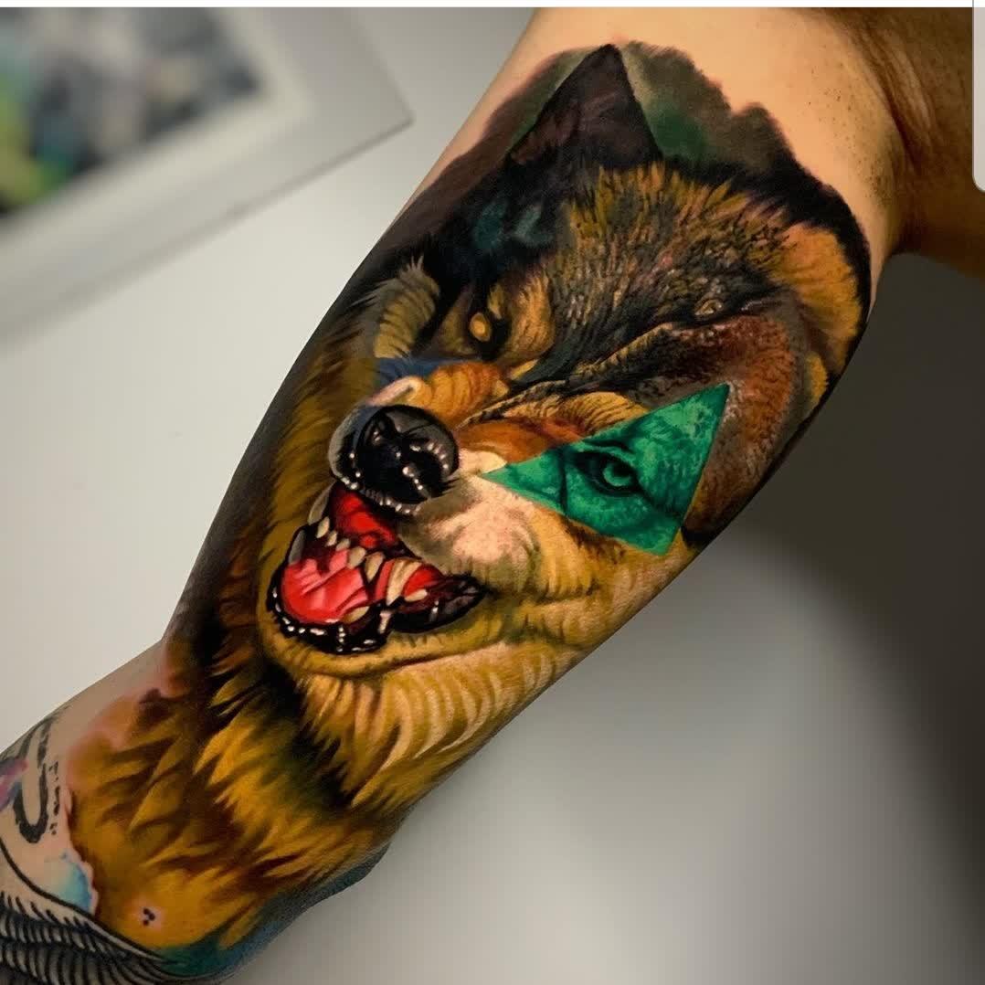 Sin palabras nos deja este diseño de lobo   Por @diego_calabuig_tattoos en @vertikaltattoostudio en Alicante, España   #tattoo #tattooartist #tattooist #tattooed #tattoodesign #tattooart #tattooers #tatuadoresespañoles #lobotattoo #wolftattoo #realismtattoo #realismotattoopic.twitter.com/HOvhQVbGVX