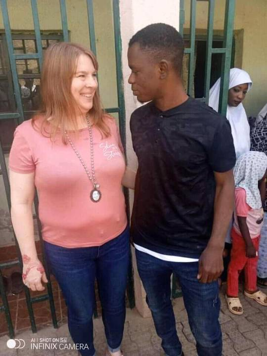 She traveled all the way from California to Kano state, just to see her Nigerian Boyfriend, nd as she said she is ready to marry him all de way. And aside his parents agreed her to be their inlaw can't wait to see that couples. pic.twitter.com/jdNFfOT4ut