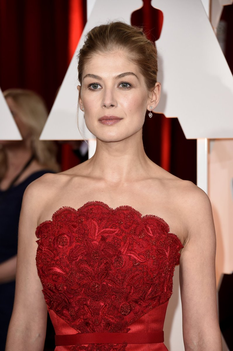 Rosamund Pike is that classy older woman you'd dream of being seduced bypic.twitter.com/h9jAhoBkIj