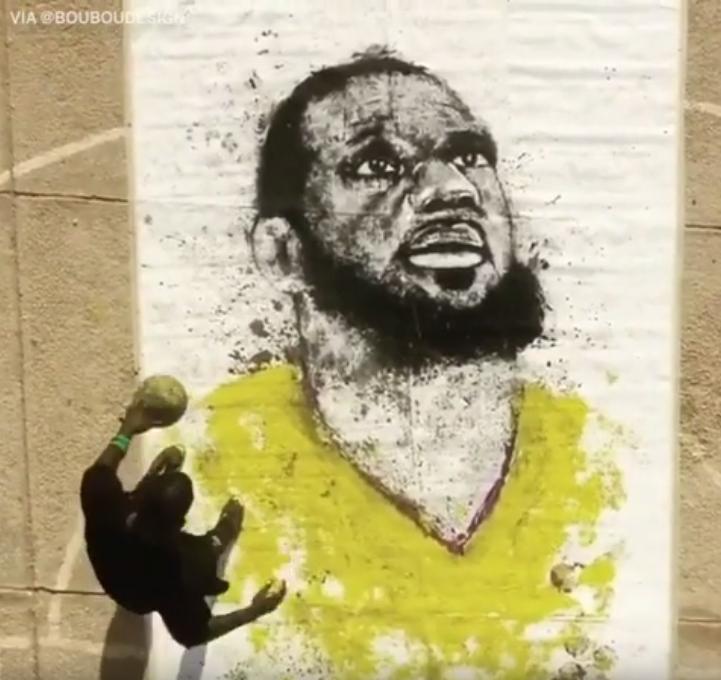 【影片】栩栩如生!藝術家用籃球「畫」詹皇肖像,網友卻吐槽:這不是Oden嗎?-籃球圈
