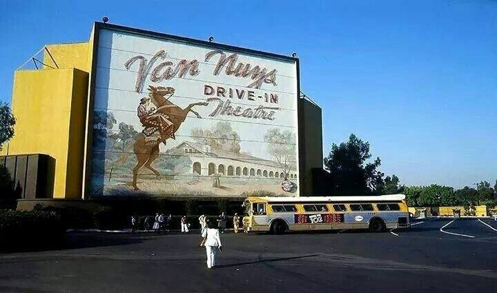 The original VAN NUYS DRIVE-IN and the recreation made for ONCE UPON A TIME IN HOLLYWOOD <br>http://pic.twitter.com/4UEgHgYSgt