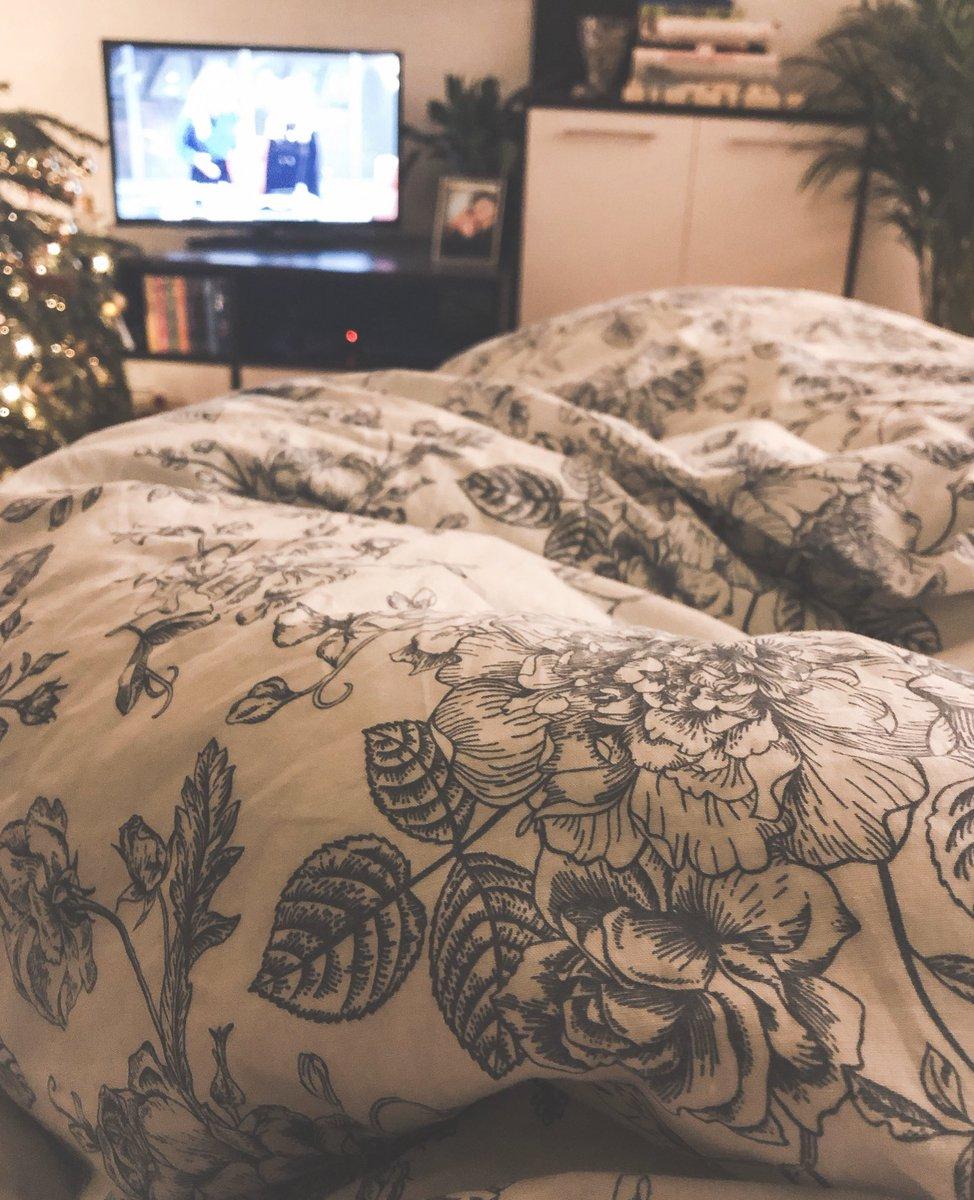 Hab' mir auch eine neue Decke geholt und sie ist so fluffig und riesig und gemütlich. Fühle mich wie die Prinzessin auf der Erbse. pic.twitter.com/Ieqkwt57J7