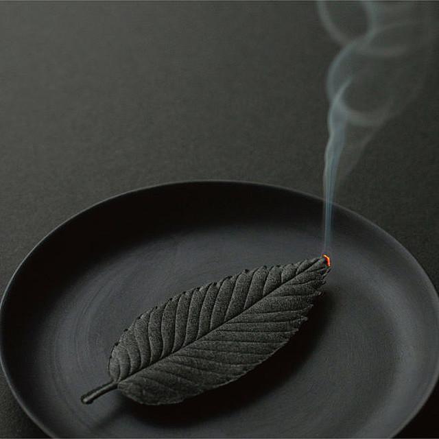【おしゃれ】まるで葉っぱ、和紙のお香「HA KO」線香とお香の製法を用い、職人の手作業で一枚一枚大切に製造。お香として焚くと、消臭・抗菌効果を発揮し、空間全体に香りが行き渡る。