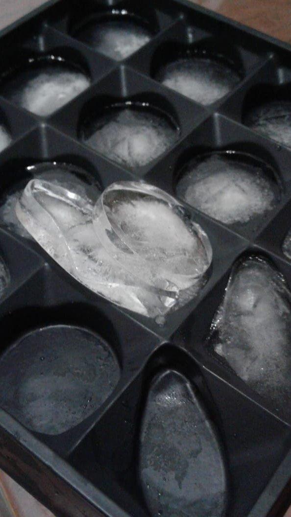 ressignificar q chama? [caixa de chocolate dada por um ex-cunhado *fdp* virando forminha de gelo] #grlpwr pic.twitter.com/OmYtozxmZ9