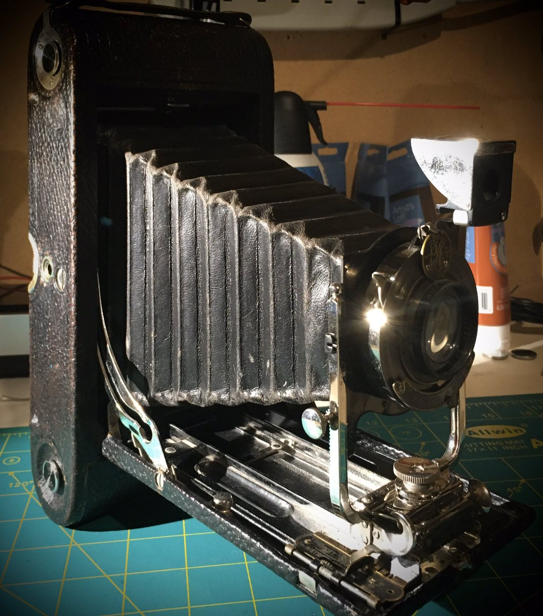 ~1916 A3 Autographic Kodak camera w/ film still in it. It's a fav. in my collection. Anyone in the #Calgary area have a clue how to extract/handle/develop very old film? Cost? Odds that the film will actually produce photos?  #photography #film #kodak #kodakfilm #oldschoolpic.twitter.com/OfMsCgQzaP