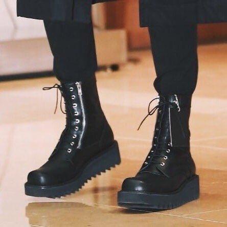 Jungkook se podrá vestir como un fuckboy, pero debajo de esas botas tiene unas grandes armas mortales pic.twitter.com/Ko0PgdCYiF