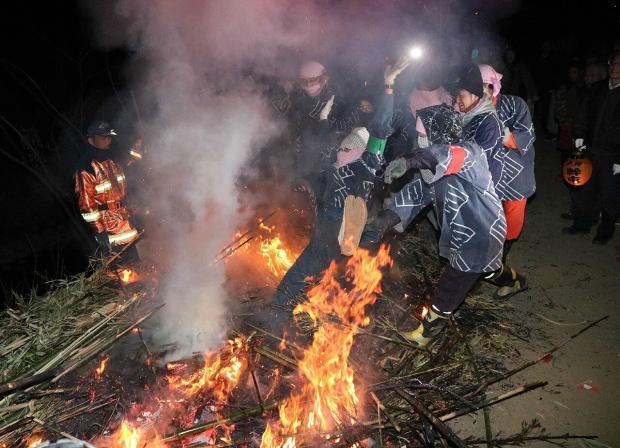 【今年は5人】炎の中に若者を投げ入れ厄払い、神奈川・神戸地区の伝統行事「どんど焼き」 全国的に珍しく起源は不明。投げ込まれた男性は「正直怖かったが、みんなの幸せを願った」という。