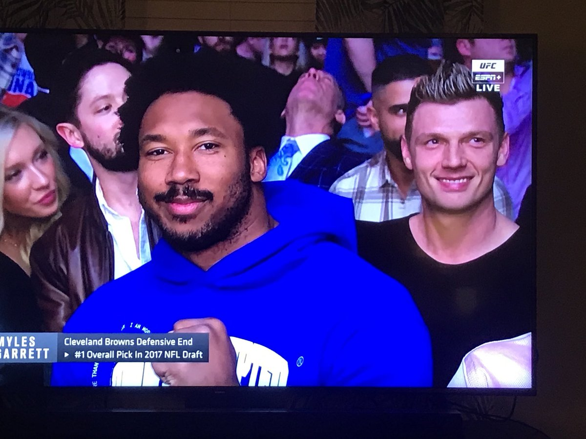Watching the fight and several other Athletes are present #TomBrady ⁦@Browns⁩ ⁦@MylesLGarrett⁩ ,and I'm pretty sure that's ⁦@nickcarter⁩ sitting behind Garrett.. but Carter didn't get a #Shoutout so here's to you #Backseat , I mean #BackstreetBoy 👀🙋🏼‍♀️