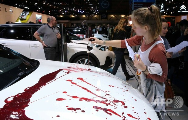 【逮捕】展示車に血に見立てた液、モーターショーで気候変動訴える団体が抗議 ベルギー赤い液体を展示車に塗り付け、周囲に横たわって死んだふりなどをしたとして150人近くを逮捕した。