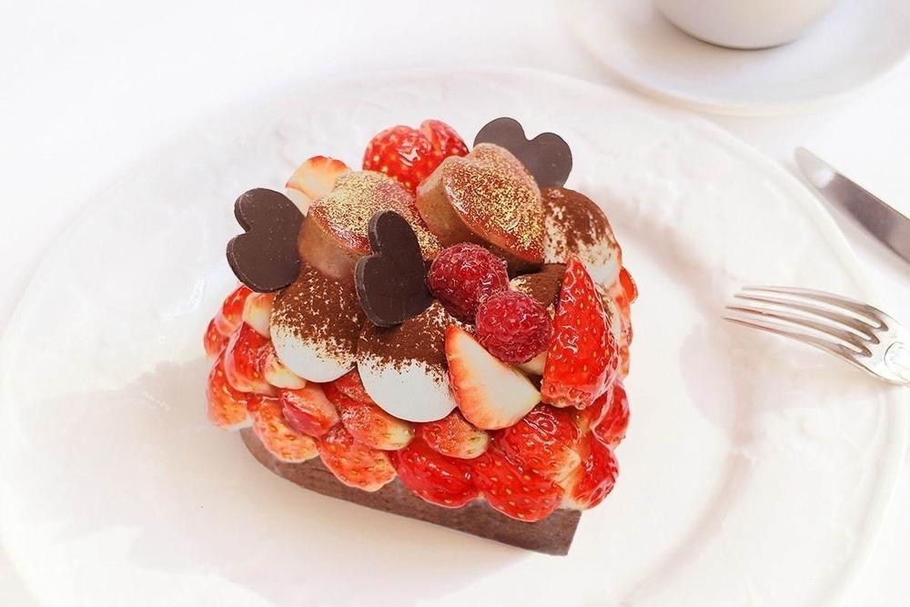 カフェコムサ「恋みのり」いちご×濃厚チョコのハート型ケーキ、バレンタイン限定 -