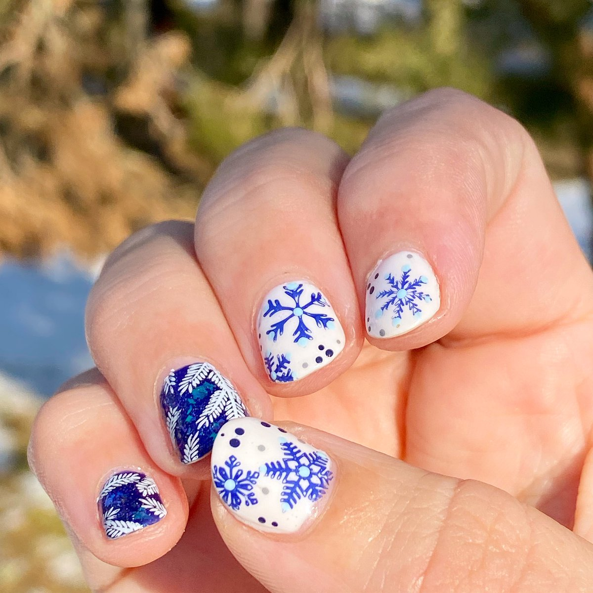 Wintery snowflake  manicure on a base of @OPI_PRODUCTS Funny Bunny with chilly  evergreen  accent nails on @ChinaGlaze Grover It  . #snowflakenails #winterynails #notdpic.twitter.com/s5bZRNsTBJ