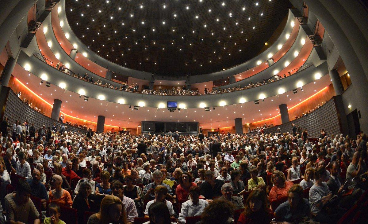 Près de 100 000 spectateurs par an, + de 300 #spectacles, l'#Opéra-théâtre de @saint_etienne_  est le seul opéra en France, avec l'@operadeparis, à regrouper tous les métiers du spectacle vivant ! Et c'est à #SaintÉtienne Métropole https://bit.ly/3a5O2Oy @MinistereCCpic.twitter.com/7BklMxoLvg