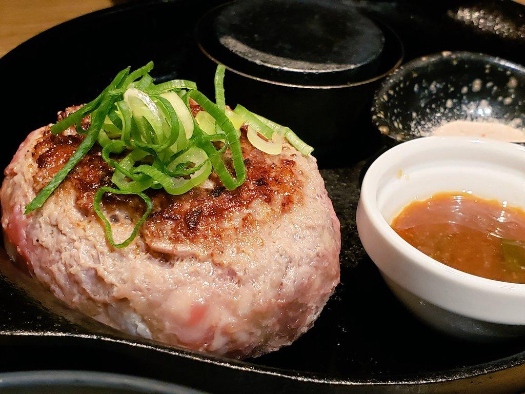 大阪で肉が食べたいときは#食助メモ大阪難波 生ハンバーグ極味や 牛肉100%のハンバーグが表面焼いただけの中身は生で出てくるわけですよ。それを焼き石で火を通して食べるのですが、チャレンジしますよね。焼かずに直食いええ。絶賛胃もたれしましたよッぴえん😢