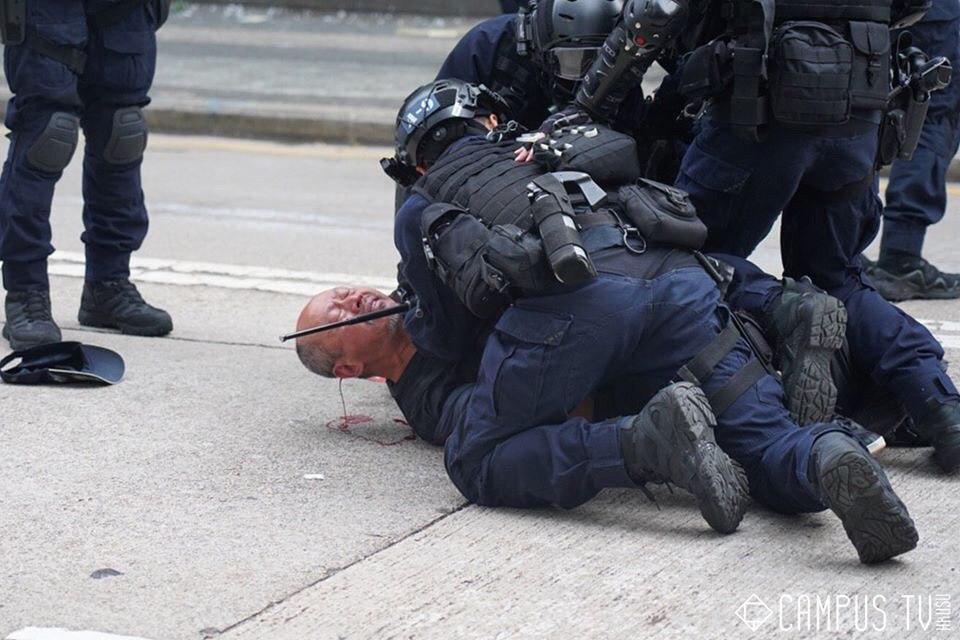 "An no reason and ""peaceful"" arrest. #HongKongPoliceTerrorism  #FreeHongKong <br>http://pic.twitter.com/D5ZriUuQah"